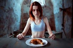 Femme contre le plat avec la nourriture, absence d'appétit photographie stock libre de droits