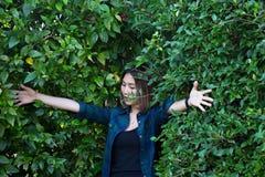 Femme contre un arbre Photo libre de droits