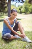 Femme convenable avec la cheville blessée Photographie stock