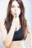 Femme convenable d'entraîneur de jeunes avec le sifflement Image stock
