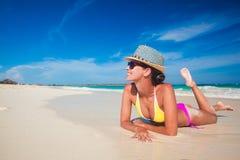 Femme convenable dans le chapeau et le bikini du soleil à la plage Photo libre de droits