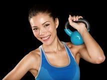 Femme convenable de croix de forme physique tenant le kettlebell Images stock