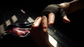 Femme convenable de plan rapproché enveloppant des mains avec la bande de bandage se préparant au mouvement lent s'exerçant de bo banque de vidéos