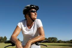 Femme convenable et en bonne santé sur une conduite de vélo Image libre de droits