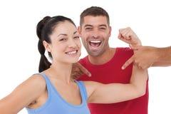 Femme convenable et entraîneur souriant à l'appareil-photo Photos stock