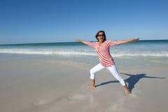 Femme convenable et mûre sur la plage Photos libres de droits
