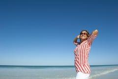 Femme convenable et mûre sur la plage Photos stock
