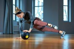 Femme convenable et musculaire faisant la séance d'entraînement intense de noyau avec le kettlebell dans le gymnase Exercice feme photo libre de droits