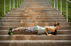 Femme convenable faisant l'exercice sur les escaliers Photos stock