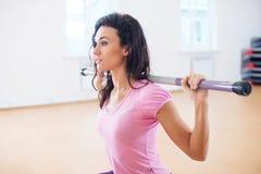 Femme convenable faisant la séance d'entraînement de postures accroupies avec le weith sur ses épaules Photo libre de droits