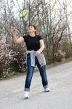 Femme convenable jouant le badminton Images libres de droits