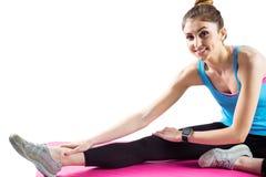 Femme convenable s'étirant sur le tapis d'exercice Photos stock