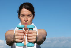 Femme convenable s'exerçant avec des poids Images stock