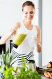 Femme convenable versant le cocktail vert photo libre de droits