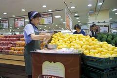 Femme coréenne coupant en tranches le fruit. photos stock