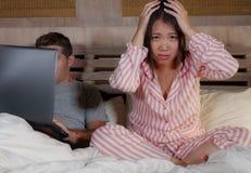 Femme coréenne frustrée dans le lit ignoré par la mise en réseau sociale d'ami de mari de bourreau de travail ou d'intoxiqué de m photos libres de droits