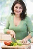 Femme coupant des légumes photo stock