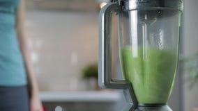 Femme coupant les légumes verts pour le smoothie de detox à la maison Consommation saine, nourriture v?g?tarienne, suivant un r?g banque de vidéos