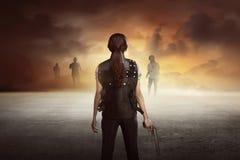 Femme courageuse avec la pousse de gilet les zombis Photographie stock libre de droits