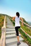 Femme courant aux escaliers de montagne Images libres de droits