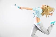 Femme courant avec un rouleau de peinture Image stock