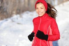 Femme courant de forme physique en hiver images stock