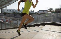 Femme courant des escaliers de ville pulsant photos stock