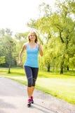 Femme courant en parc Image stock