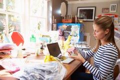 Femme courant la petite entreprise du siège social photos libres de droits