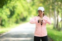 Femme courant Les femmes de sport ont install? le fonctionnement de montre avant de pulser photo stock