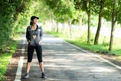 Femme courant Position de femmes de sport avant de pulser pendant la s?ance d'entra?nement ext?rieure en parc images libres de droits