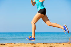 Femme courant sur la plage Photo stock
