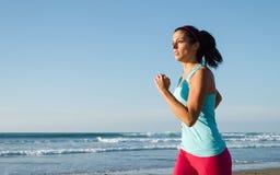 Femme courant sur la plage d'été Photographie stock libre de droits