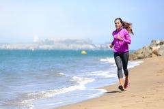 Femme courant sur la plage de San Francisco images libres de droits