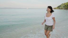 918e19a426b8f6 Femme courant sur la plage nu-pieds au lever de soleil banque de vidéos