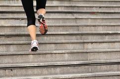 Femme courant sur les escaliers en pierre Images libres de droits