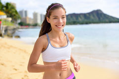 Femme courante de forme physique de sport pulsant sur la course de plage Photo libre de droits