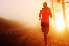 Femme courante de lever de soleil Image libre de droits