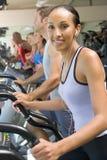 femme courante de tapis roulant de gymnastique Images stock