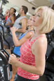 femme courante de tapis roulant de gymnastique Photos stock