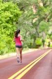 Femme courante - formation femelle de coureur sur la route images libres de droits