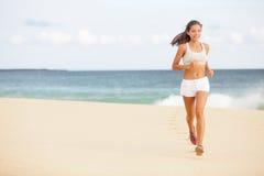 Femme courante pulsant sur la plage Photos libres de droits