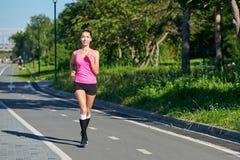 Femme courante sur le champ de courses pendant le stage de formation Coureur femelle pratiquant sur la voie de course d'athl?tism photos stock