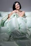Femme, couverture et oreillers Photos stock