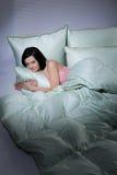 Femme, couverture et oreillers Photo stock