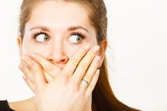 Femme couvrant sa bouche de main images stock