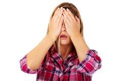 Femme couvrant ses yeux de mains Ne voir l'aucun concept mauvais Photo stock