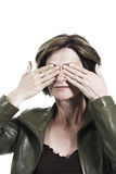 Femme couvrant ses yeux de ses mains Photos libres de droits