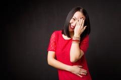Femme couvrant son visage dans l'embarras photo libre de droits
