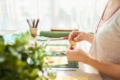 Femme créative faisant les cadeaux faits main uniques Images libres de droits